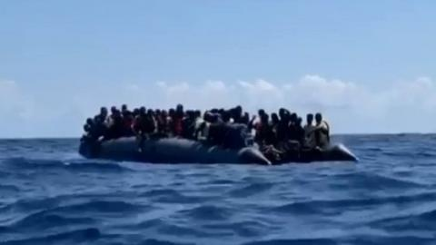 Open Arms, migranti si gettano in mare per protesta al largo di Palermo